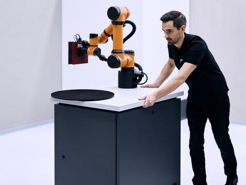 It is easy to move GOM ScanCobot from one location to another.